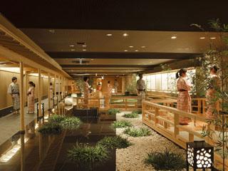 きぬ川ホテル三日月 100mもの広さを誇る温泉大回廊は、鬼怒川沿いに造られた癒しの湯空間
