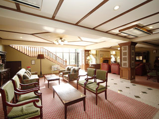箱根強羅ホテルパイプのけむりプラス 広々とした明るいロビー