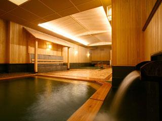 檜や足あたりの柔らかな軟石を採用した大浴場