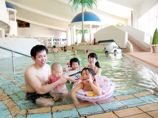 シャトレーゼガトーキングダムサッポロホテル&スパリゾート 併設の温水プールでは、年中無休で水遊びが楽しめる