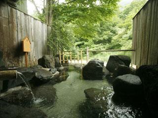 本家伴久 清流沿いに3ヵ所の源泉かけ流し貸切露天風呂がある