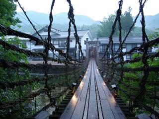 本家伴久 平家由来のかずら橋を渡って夕食処へお出かけ頂きます