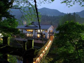 本家伴久 古民家建築の古き良き時代を蘇らせる重厚な佇まいで銘木や土壁を配した日本の故郷の懐かしさに包まれた館内。