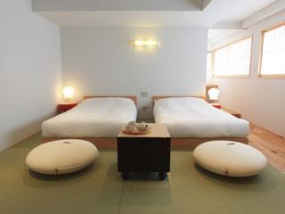 CLASKA 畳にベッドのモダンな客室。旅の疲れを癒すくつろぎ空間