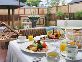 鴨川館別邸 ラ・松廬 気持ちのイイ朝はデッキで朝食を・・・