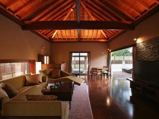 鴨川館別邸 ラ・松廬 グランジ造りの天井が開放感を増すリビング