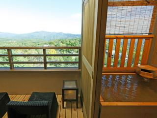 湯宿季の庭 全室温泉露天風呂付の客室は落ち着いた設え。高層階からは白根山の山並みを見渡せる