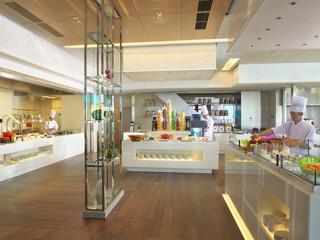 大阪マリオット都ホテル オープンな空間が特徴の19階ライブキッチン「COOKA」