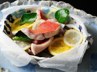 星野リゾート 界 アンジン 季節の会席の一品「魚介と柑橘の紙蓋焼き」
