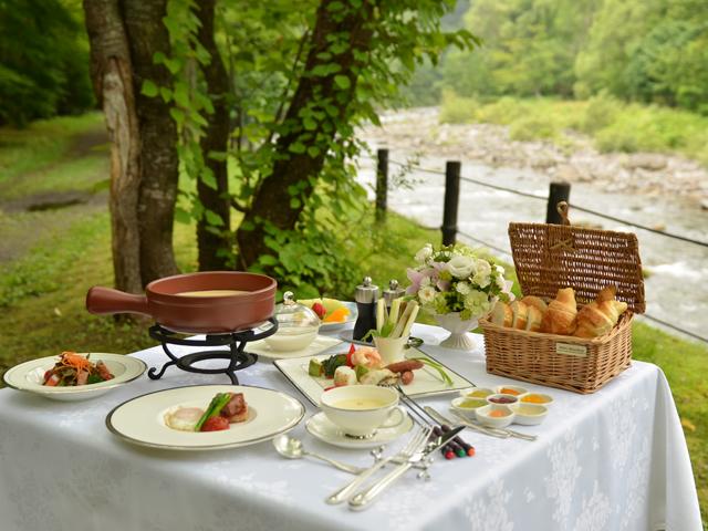 星野リゾート 奥入瀬渓流ホテル 渓流沿いの庭で瀬音に包まれてお召し上がり頂くご朝食