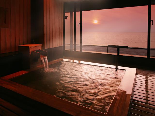 游水亭いさごや 吟水湯・展望露天桧風呂。大海原が望める絶景のお風呂