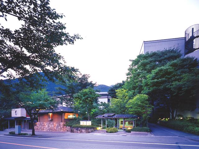 鬼怒川パークホテルズ 緑の木々に囲まれた玄関から