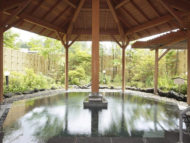 無色透明の「万代鉱源泉」を引湯する露天風呂