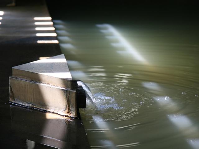ナトリウム硫酸塩質の緑色の湯