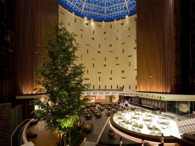 東京ベイ舞浜ホテル 円形のアトリウムは全面ガラス張りの開放感のある空間