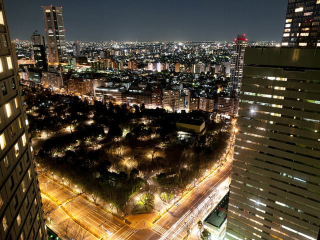 ヒルトン東京 高層階のホテル客室からは新宿の夜景を楽しめる