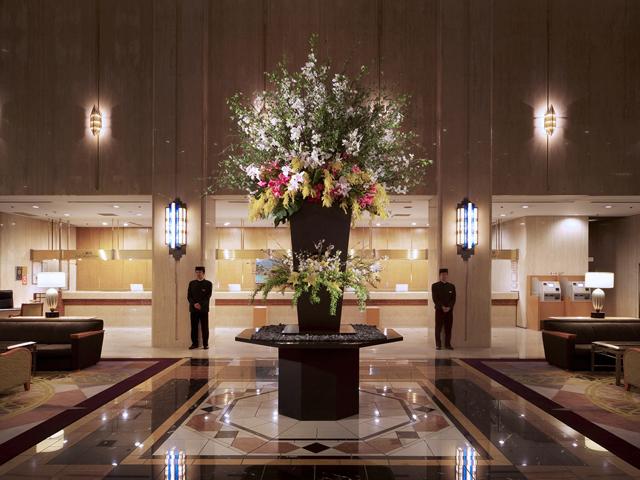 ホテルメトロポリタン 開放的な吹き抜けと大理石が特徴の1階ロビー