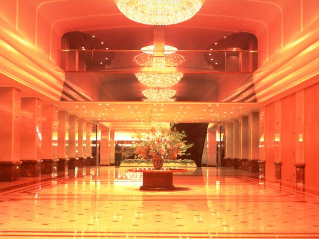 京王プラザホテル 都会の喧騒を忘れるロビーは、非日常の落ち着いた空間