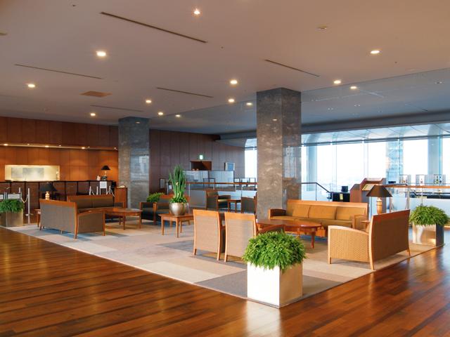 小田急ホテルセンチュリーサザンタワー フロントは20階。地上100mからの眺望がお出迎え