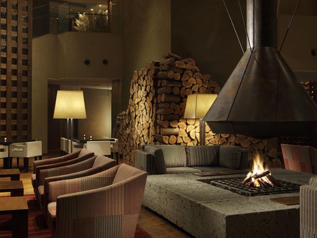 ハイアットリージェンシー箱根リゾート&スパ 「リビングルーム」では暖炉を囲んで寛いで頂けます