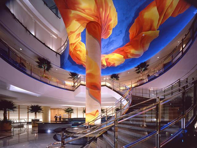 横浜ベイホテル東急 印象的なロビー。湧き上がるマグマを表現している