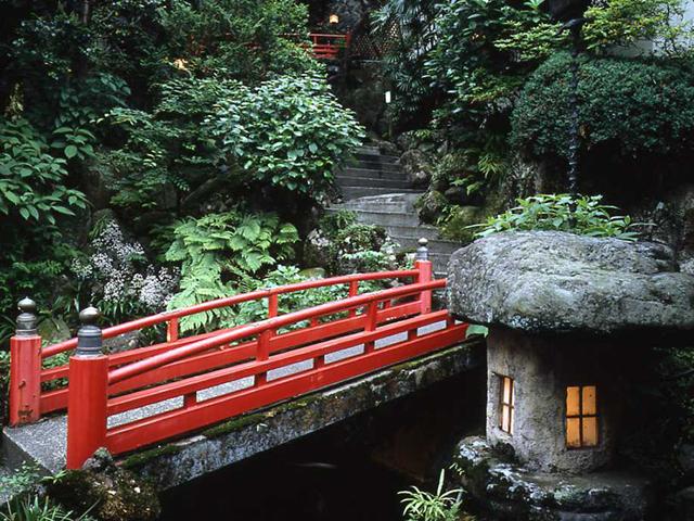 ホテル仙景 赤い橋を渡って客室へ