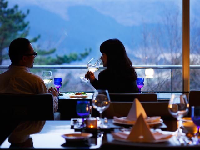箱根フォンテーヌブロー仙石亭 箱根連山を望む眺望ダイニングとロビー