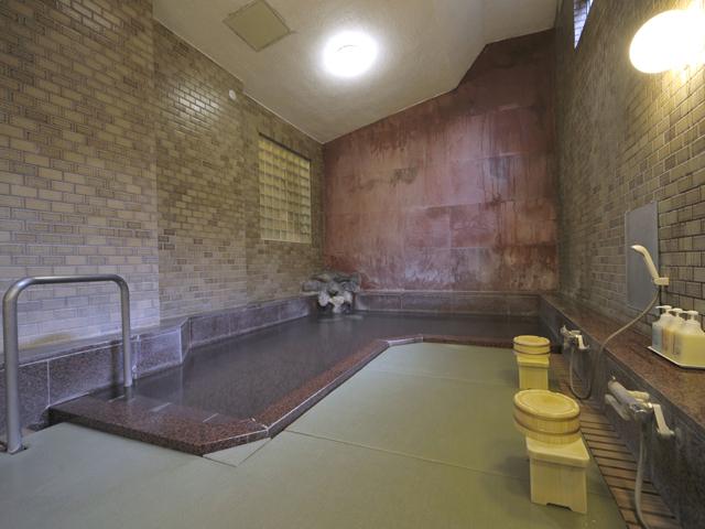 源泉掛け流しの温泉浴室