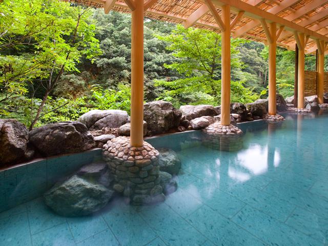 かがり吉祥亭 立ち湯で鶴仙渓を眺め、BGMは川のせせらぎを・・・