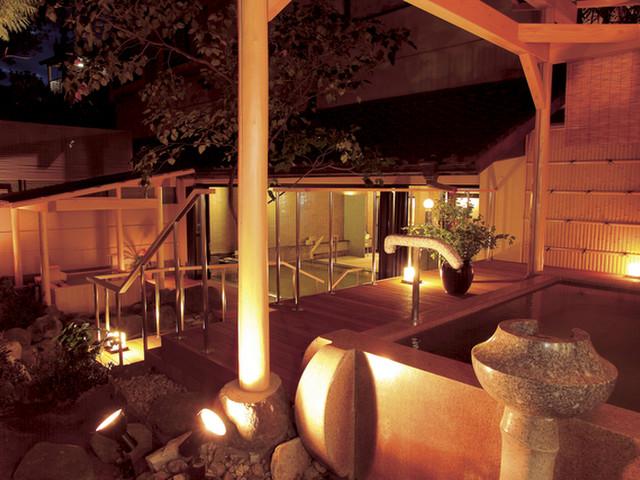 たちばな四季亭 夜のライトアップされた男性庭園露天風呂