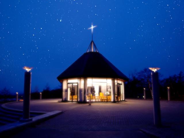 ホテルアンビエント蓼科 ホテルの象徴、女神湖クリスタルチャーチ