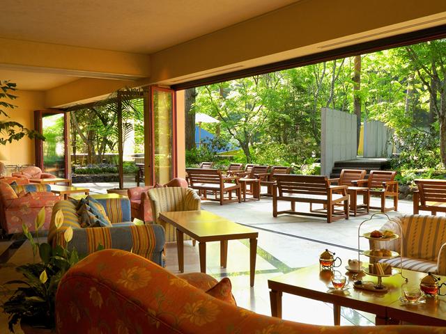 星野リゾート 軽井沢ホテルブレストンコート 開放的なオープンエアのラウンジで寛ぎのティータイムを