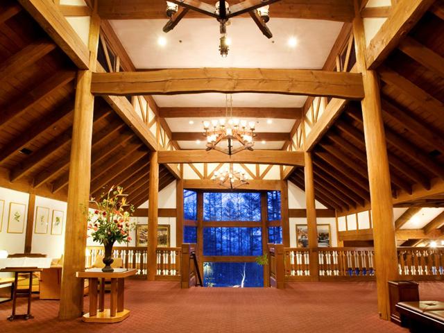 蓼科東急ホテル 開放的な窓、ベイマツの重厚な造りが特徴的なホテルエントランス