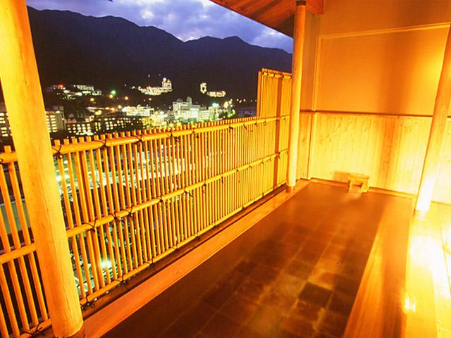 紗々羅 美しい自然と温泉街の夜景が一望できるひのき露天風呂