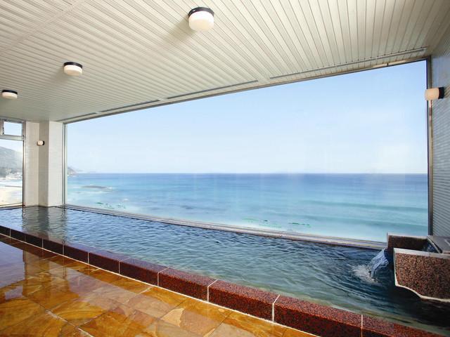 伊豆七島や、洋上より昇る朝日を一望する展望温泉浴場