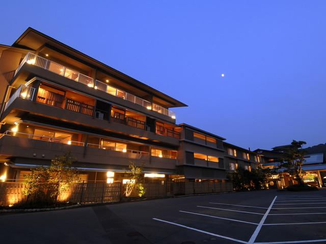 季一遊 駐車場から見た夕暮れ時の外観