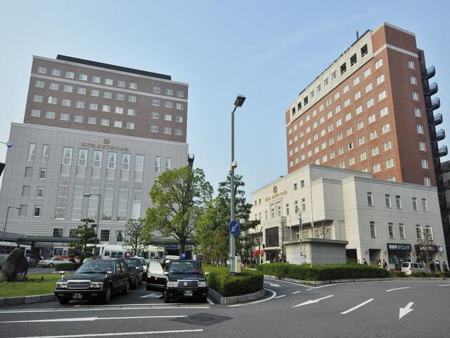 ホテルボストンプラザ草津びわ湖 草津駅西口目の前、レンガ色の2館からなる建物です