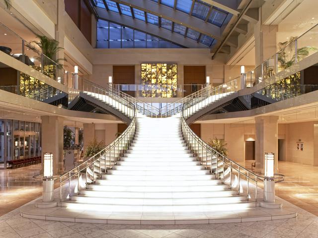 ホテル京阪ユニバーサル・タワー 大階段が特徴の開放感あふれるロビー