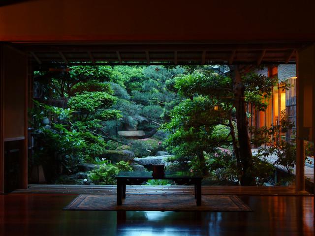和の情緒溢れる日本庭園を望む落ち着きのあるロビー