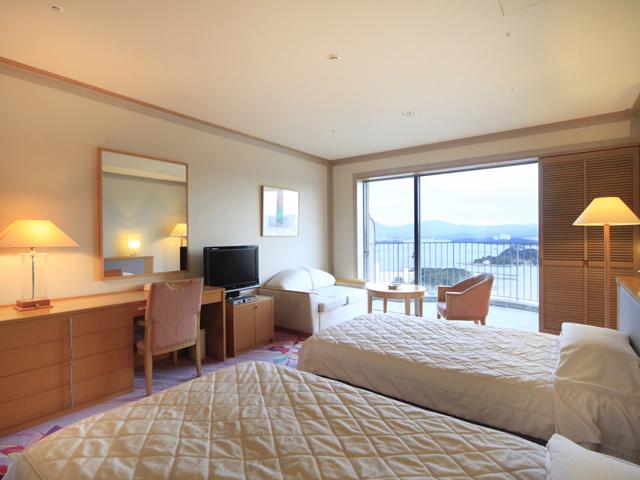 白浜古賀の井リゾート&スパ ゆったりとした45平方米。大きな窓からは美しい海と空