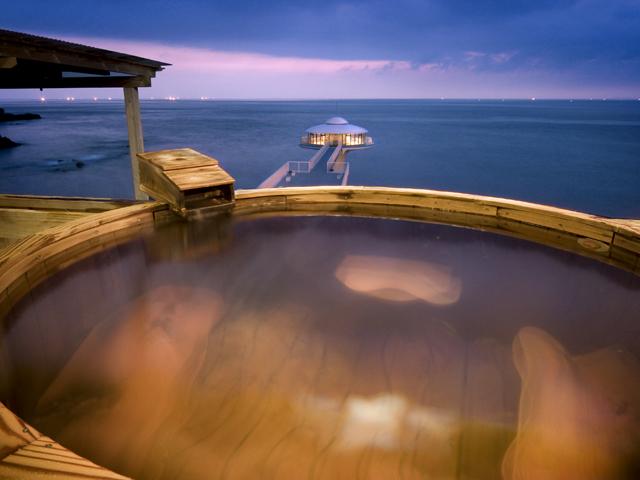 南紀白浜 梅樽温泉 ホテルシーモア 大海に体を浮かべるように、手足を伸ばしてのんびりと