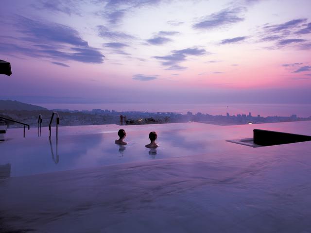 大展望露天風呂「棚湯」。別府湾と市街地を一望できる