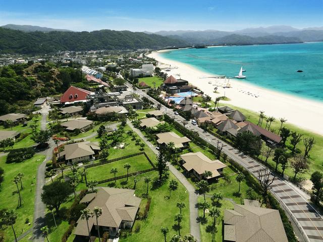 オクマプライベートビーチ&リゾート(旧:JALプライベートリゾートオクマ) 緑の芝が広がる敷地に、5タイプのコテージが点在
