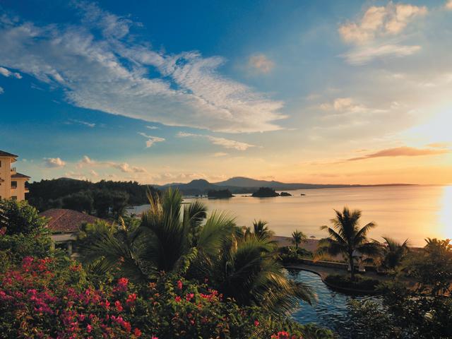 亜熱帯の夕日に染まるザ・ブセナテラスの外観