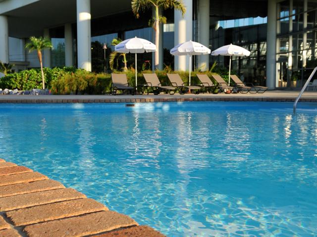 ラグナガーデンホテル リゾート感あふれる屋外プールは県内最大級の大きさ