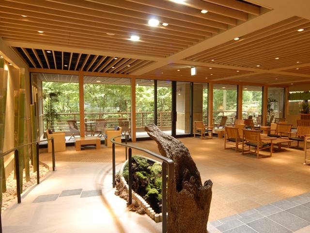 箱根小涌谷温泉水の音 和の趣きに満ち溢れた庭園を望むロビー