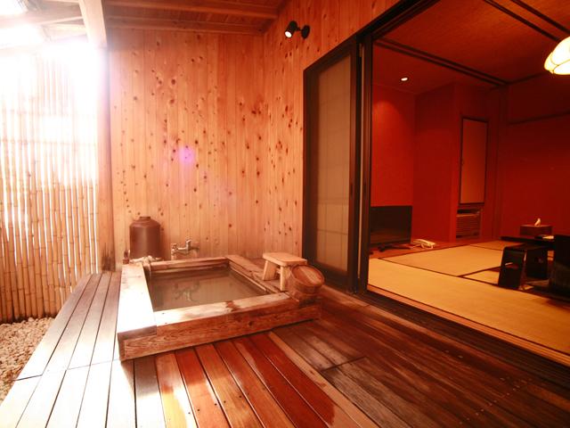 おくど茶寮 利休庵 1F4室のみの露天風呂付き客室。シルク色のにごり湯を楽しめます