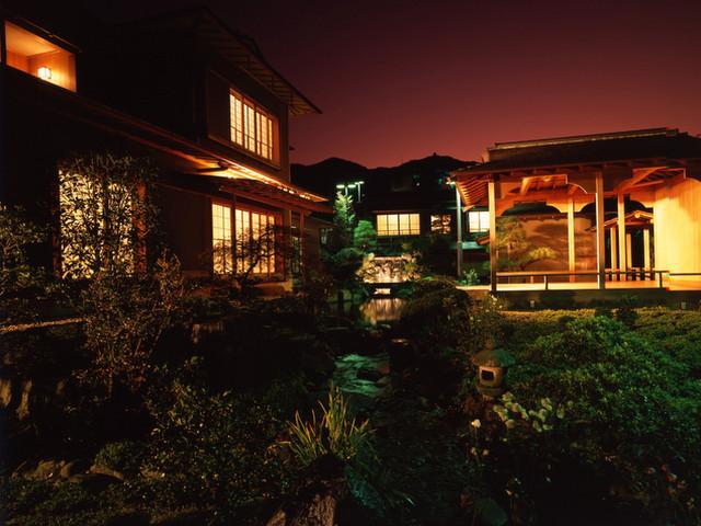 あたみ石亭別邸 桜岡茶寮 能舞台が趣を添える幽玄な庭園