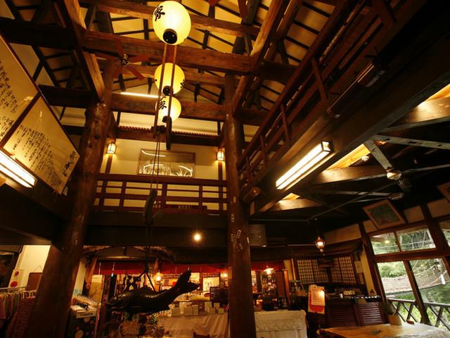本家伴久 姫小松の大柱がお出迎え。重厚な佇まいの吹き抜けロビー
