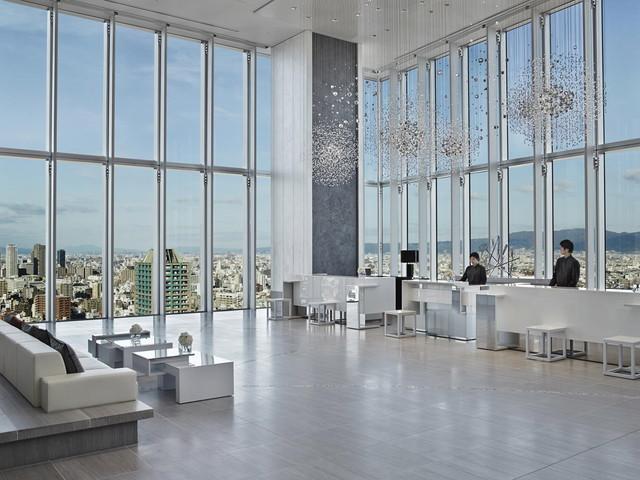 大阪マリオット都ホテル 大開口の窓と天井高約7mの開放的なフロント